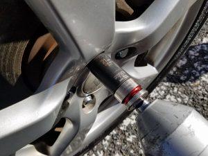 専用工具でタイヤの締め付け
