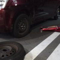タイヤ交換の軽自動車