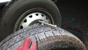 タイヤに刺さった金属