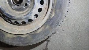サイドウォールが破れたタイヤ