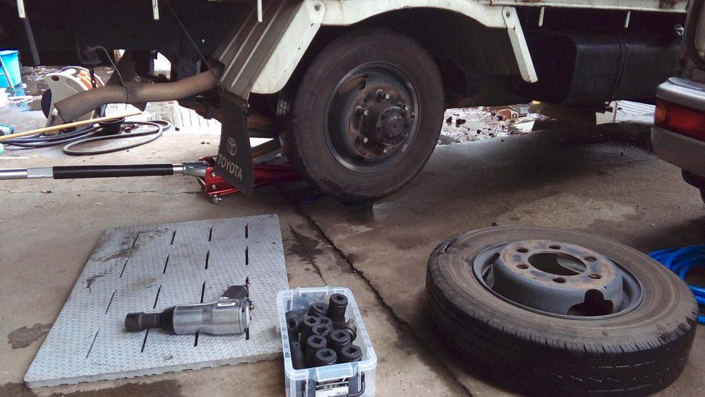 トラックのタイヤ交換