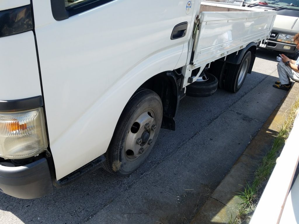 トラックのスポペアタイヤ交換