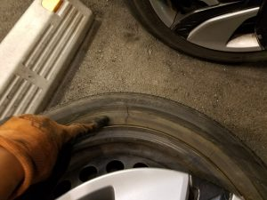 ホンダフィットのタイヤが破損