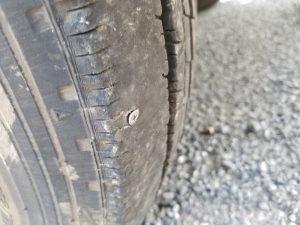 ビスの刺さったタイヤ