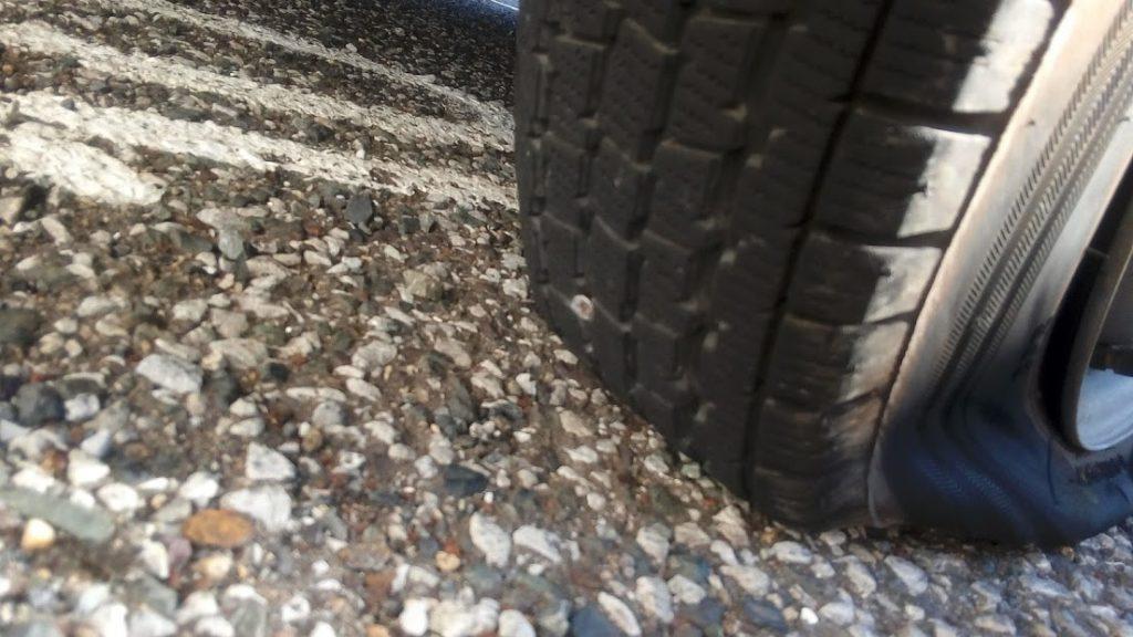 タイヤにネジが刺さっている