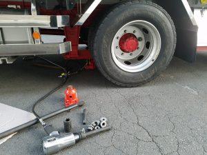 大型トラックのタイヤ交換