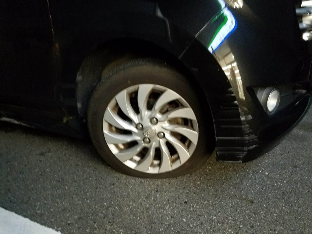 トヨタbBのタイヤパンク
