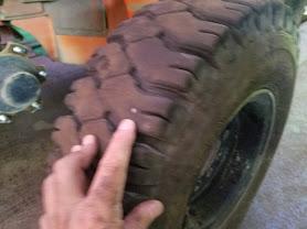 タイヤに釘が刺さっている