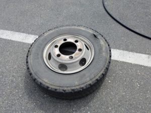 パンクしたトラックのタイヤ