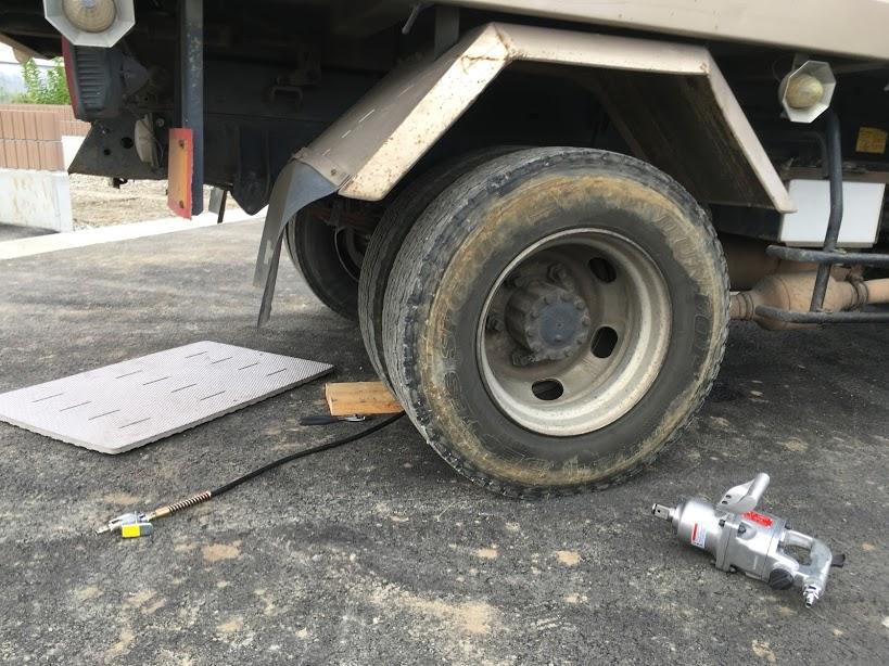 ダンプカーのタイヤ交換