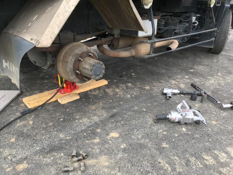 4トンダンプのタイヤ交換
