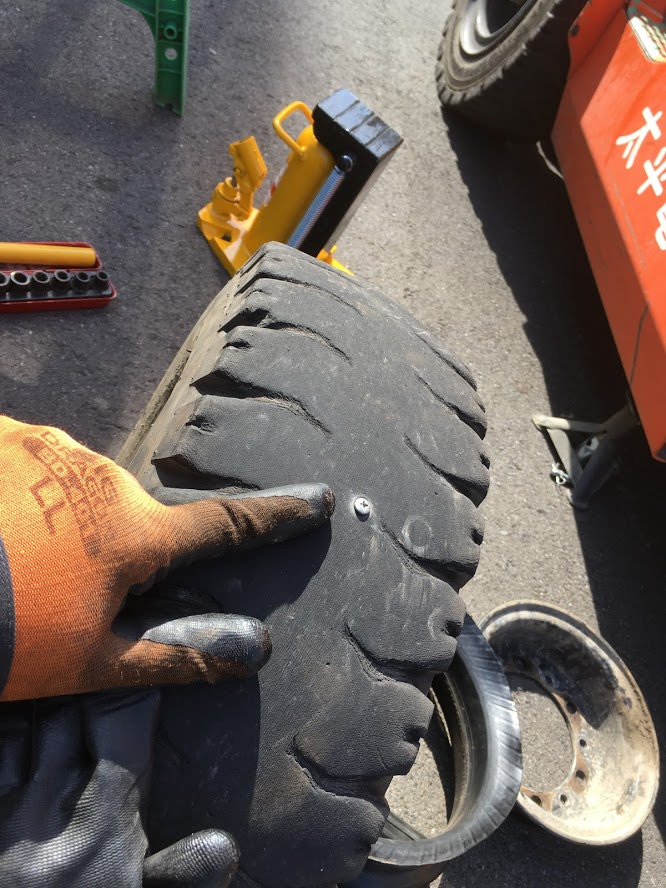 タイヤに刺さったねじ