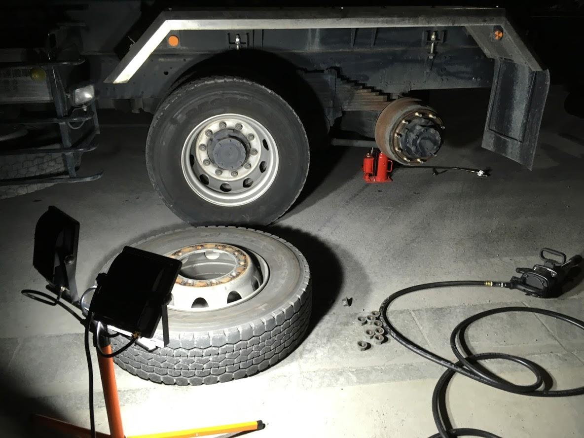 大型トラックのスペア交換