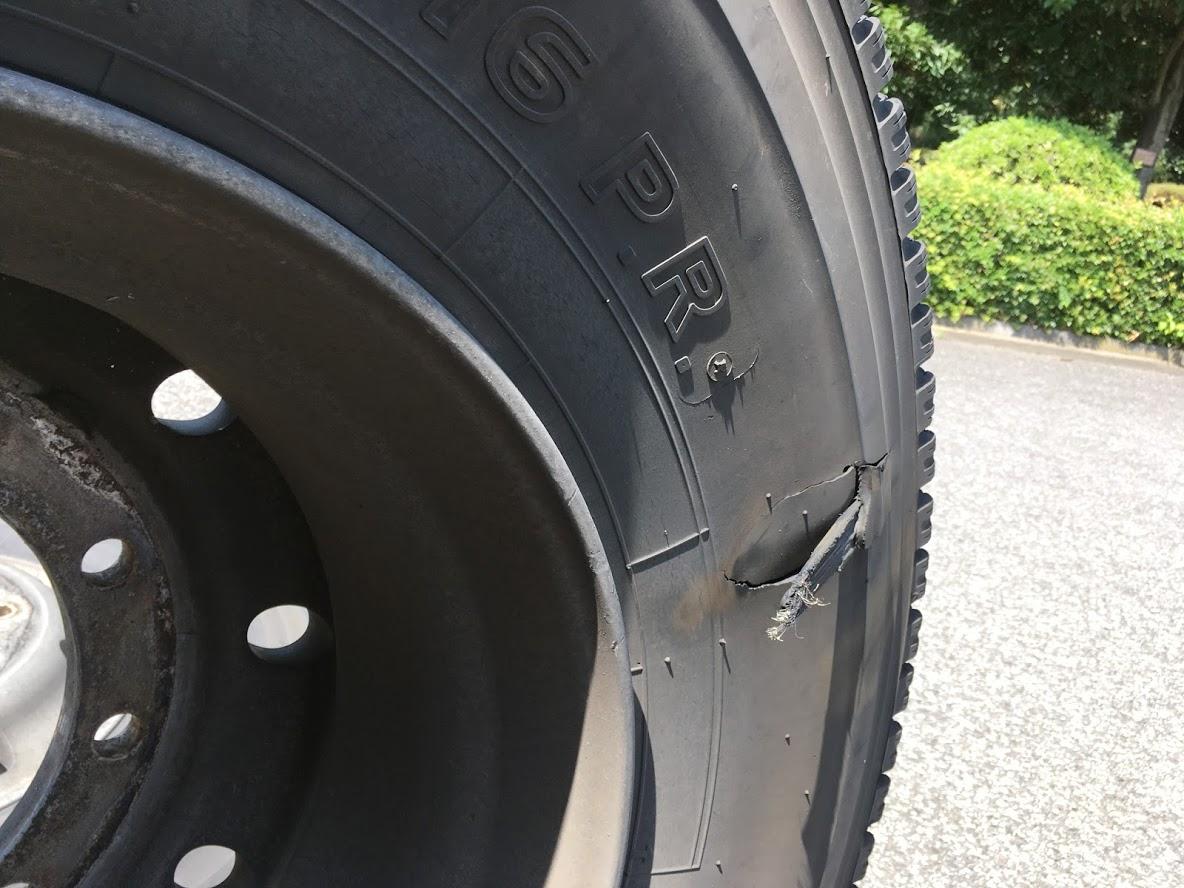 バスのタイヤの破損