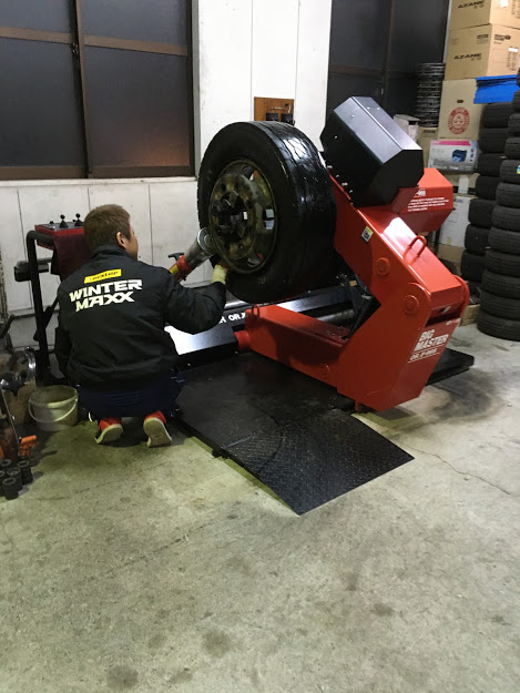 トラックタイヤの内面修理
