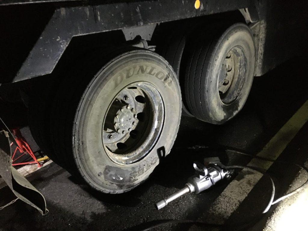 大型トラックのパンク